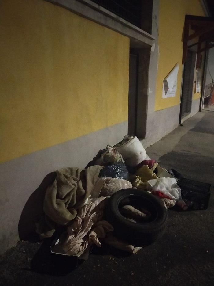 """Rifiuti abbandonati e atti vandalici ad Avezzano, l'indignazione di una cittadina: """"Una vera e propria discarica in pieno centro"""