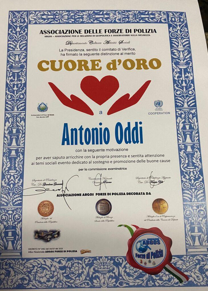"""L'Associazione delle Forze di Polizia dona un attestato di distinzione al merito """"Cuore d'oro"""" al fotografo Antonio Oddi"""