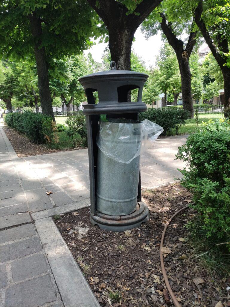 Avezzano, vandali a piazza Torlonia: demolita una panchina e danneggiati i secchi