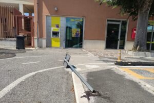 Atti vandalici ed inciviltà alla stazione di Avezzano, un cartello abbattuto e rifiuti abbandonati