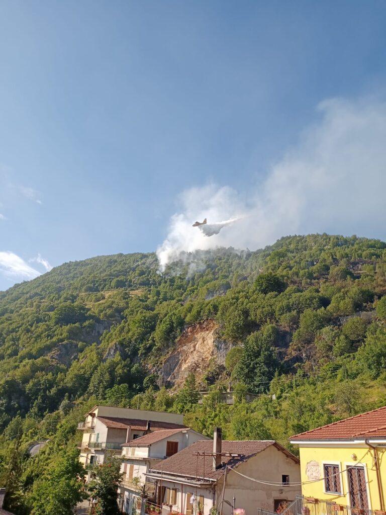 Vigili del fuoco ancora impegnati nello spegnimento dell'incendio nel bosco di Rendinara