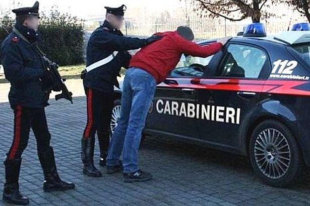 Alla vista dei carabinieri tenta la fuga, arrestato marocchino