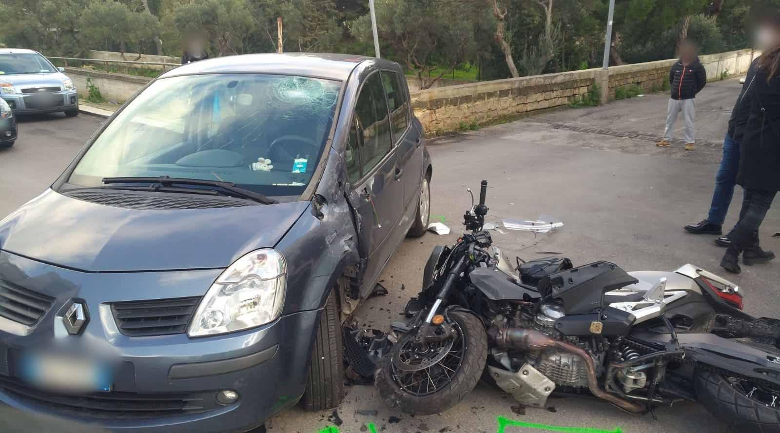 Incidente in via XX Settembre, si scontrano auto e moto