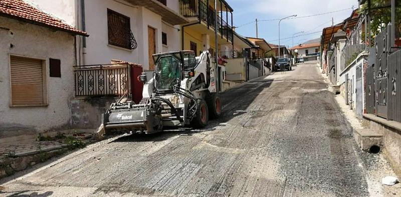 Lavori in corso a Cerchio: manto per lo stadio, manutenzioni stradali e riqualificazione area ex Castello