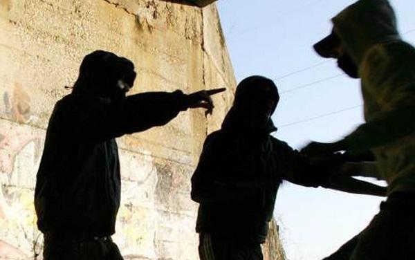 Armati di coltello e tubo di ferro rapinano connazionale: due fratelli a processo