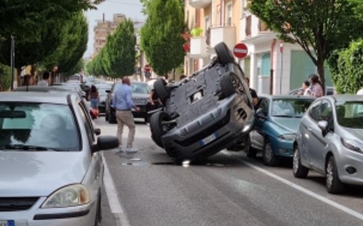 Si ribalta con l'auto, intervengono i Vigili del Fuoco