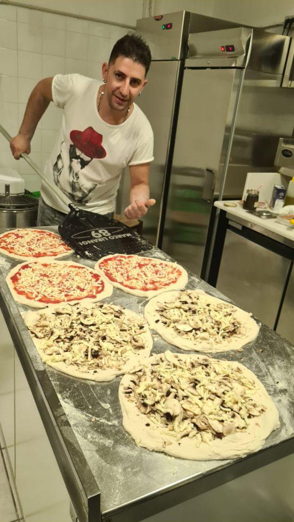 Pizzaiolo offre la pizza a tutto il paese in segno di ringraziamento prima di partire per la Svizzera