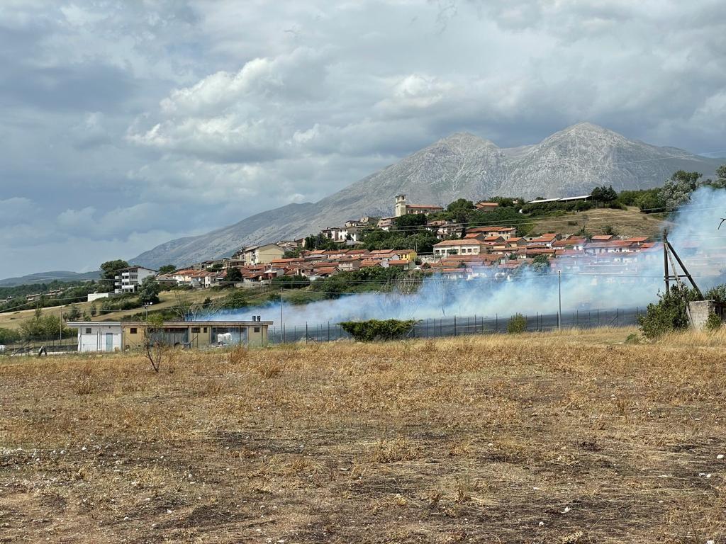 Incendio ad Antrosano: a fuoco la zona del campo sportivo. Foto e video