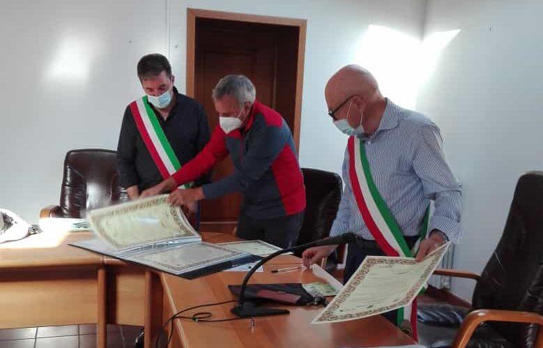 Al centro, tra o due sindaci, Sergio Rozzi (Erci Team, ideatore de La Via dei Marsi)