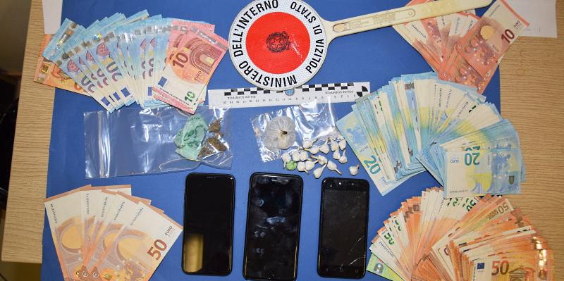 Nascondevano la droga vicino al cimitero: la Polizia di Stato arresta due spacciatori