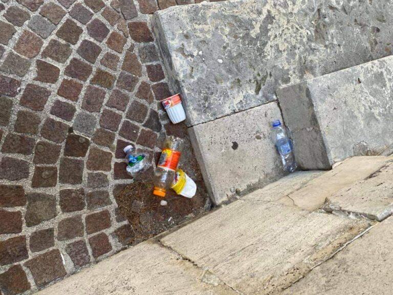 Inciviltà in centro ad Avezzano: rifiuti e urina all'ingresso della cattedrale