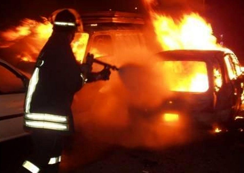 Auto in fiamme nella notte ad Avezzano/Video