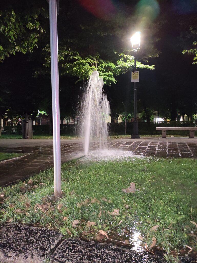 """Spreco d'acqua ad Avezzano: danneggiati alcuni irrigatori a piazza Torlonia, """"geyser"""" inonda marciapiede e parcheggi"""