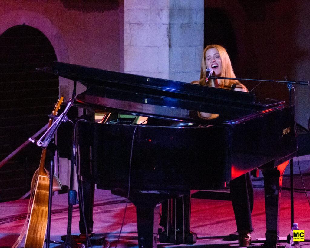 Noemi, l'artista innamorata della Marsica incanta e stupisce il pubblico del Festival Internazionale di Mezza Estate