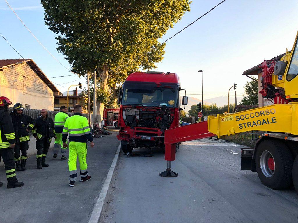 Incidente in via Nuova: auto finisce sotto un'autocisterna