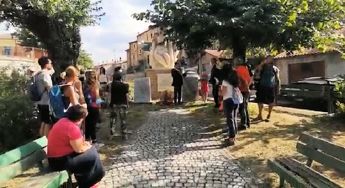 Bisegna, il sindaco Mercuri appone il tricolore al monumento ai caduti (Video e foto)