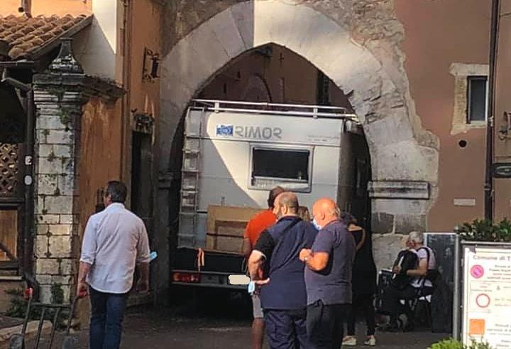 Un camper attraversa la Porta dei Marsi per raggiungere piazza Obelisco a Tagliacozzo