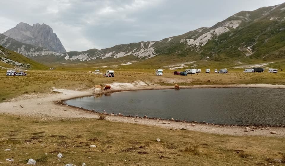 Il cuore del Parco Nazionale del Gran Sasso trasformato in un campeggio