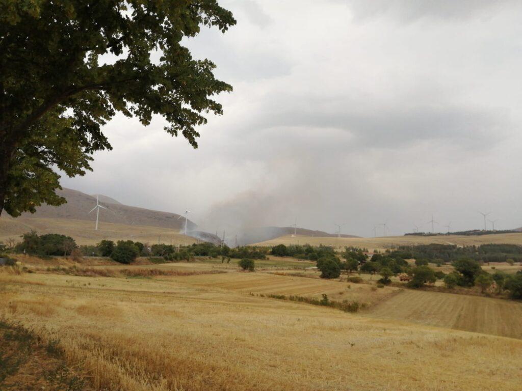 Incendio a Collarmele, pompieri impegnati con l'elicottero