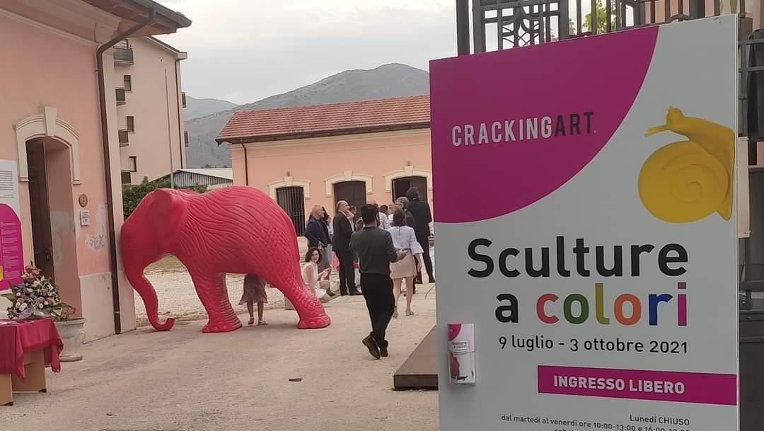 Cracking art all'Aia dei Musei, visitatori a quota 3.000. La mostra in plastica riciclata rimarrà aperta fino al 3 ottobre