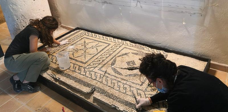Mosaico pavimentale di Alba Fucens sottoposto a restauro