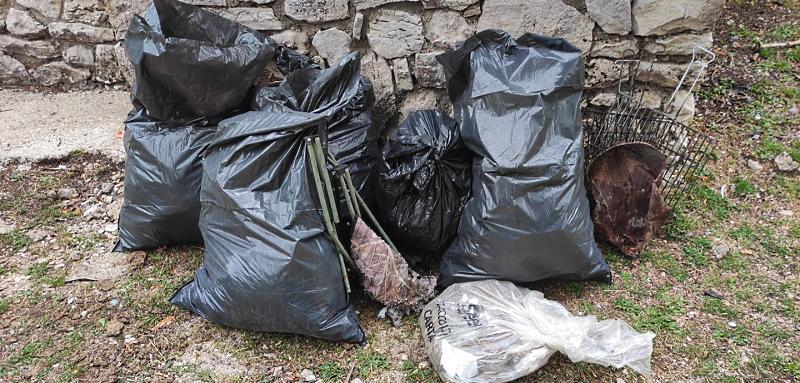 Sei sacchi di rifiuti raccolti dai giovani di Meta presso il primo rifugio