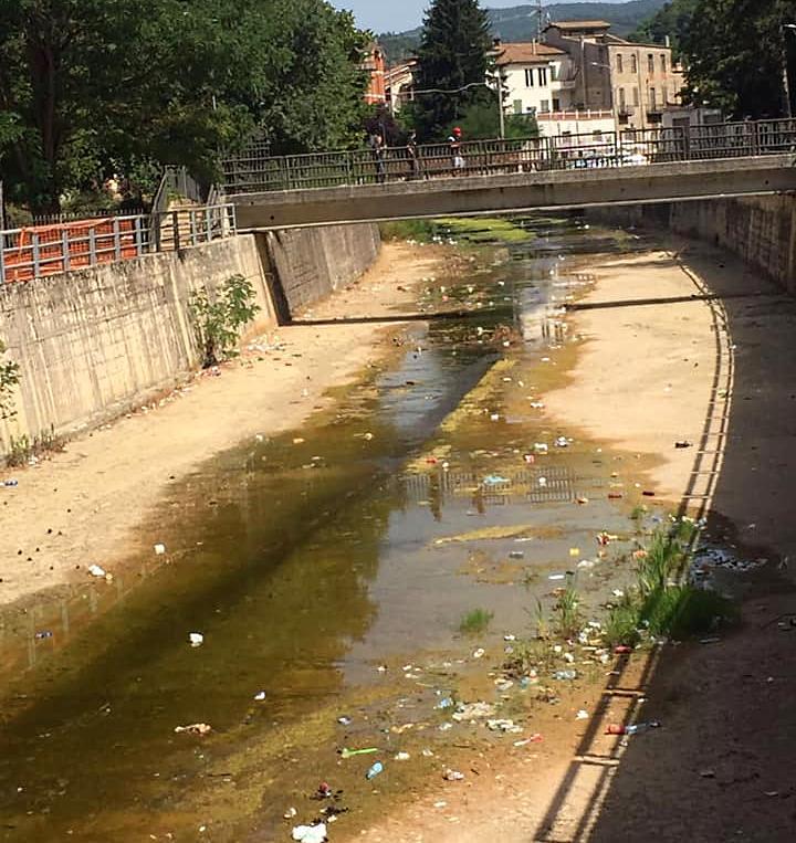 """Rifiuti nel letto del fiume Turano a Carsoli, sindaco Nazzarro: """"sintomo di inciviltà e maleducazione"""""""