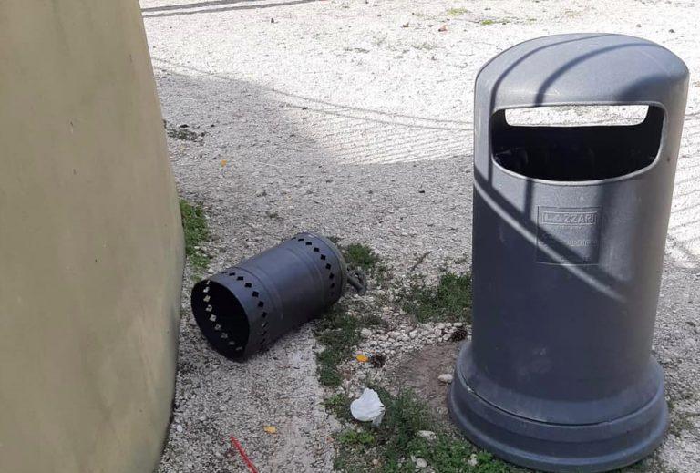 """Rifiuti gettati a terra nei giardini pubblici, Nazzarro: """"Stiamo lavorando per installare un sistema di video sorveglianza"""""""