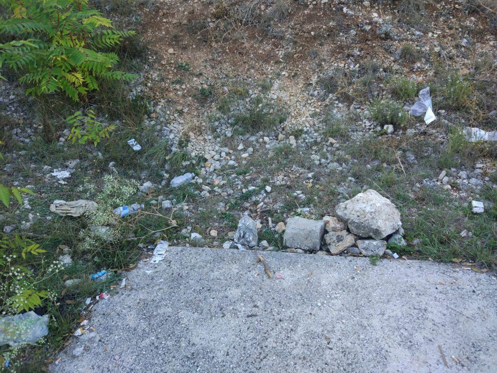 Rifiuti abbandonati ai piedi del Monte Salviano
