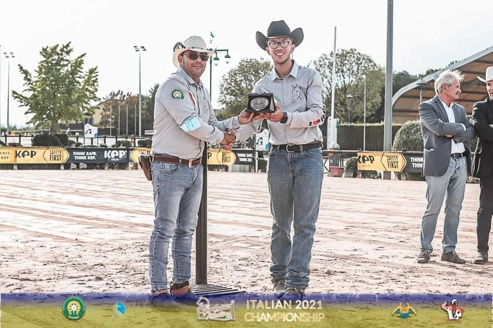 La Scuderia Pulsoni di Avezzano domina il Campionato Italiano di Gimkana Western. Primo posto per Domenico Felice Pulsoni, terzo posto per Angelo Scuderi