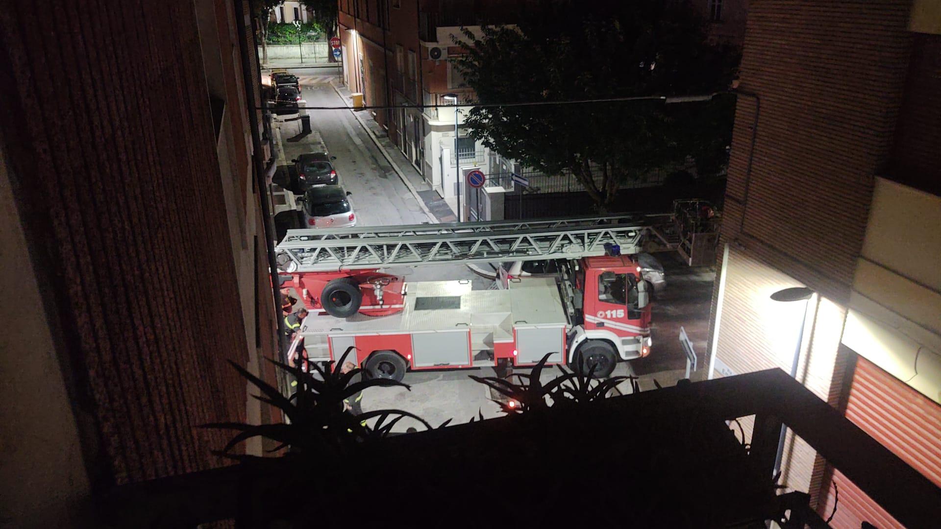 Cadono pezzi di cornicione da una palazzina in via Vittorio Veneto, intervengono i Vigili del fuoco