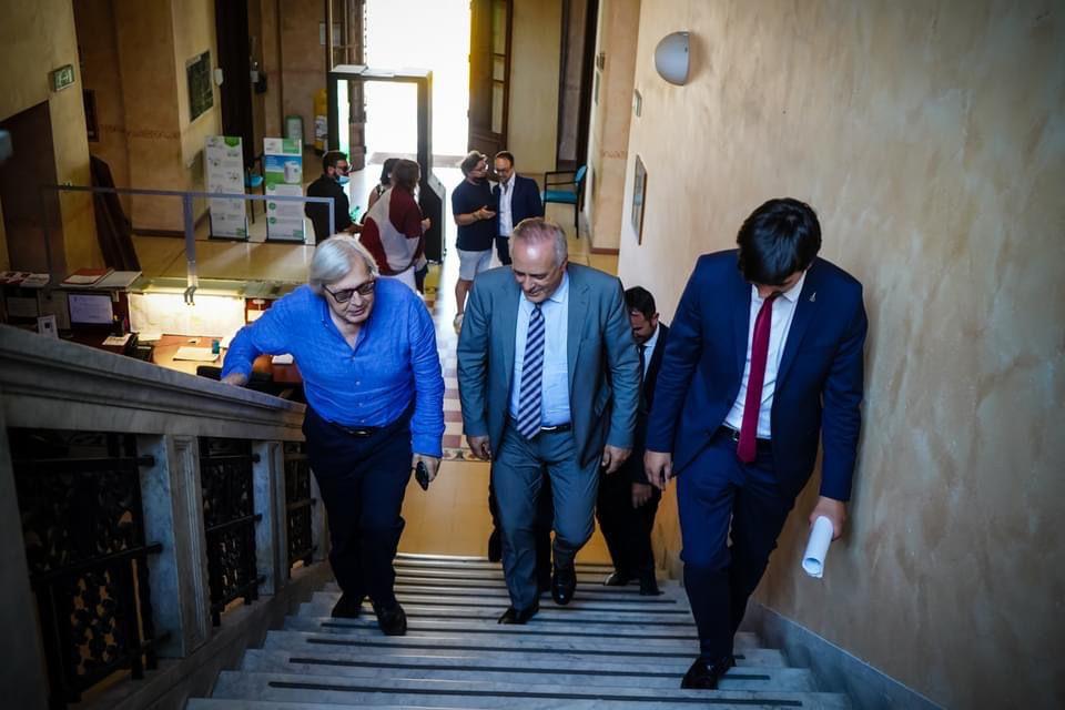 """Alla scoperta di Caravaggio con un maestro d'eccezione: Sgarbi. In 500 nel cortile di palazzo Torlonia per la """"Lectio magistralis"""" del professore"""