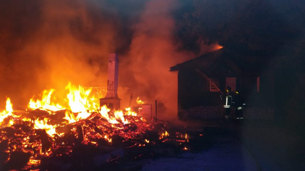 Incendio in un campeggio, Vigili Del Fuoco impegnati per ore nel domare le fiamme