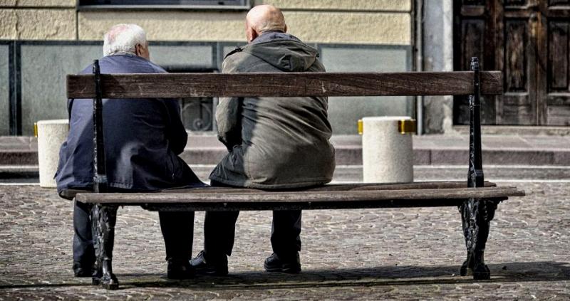Nonni in panchina per due chiacchiere: i giovani aiutano gli anziani a Massa d'Albe