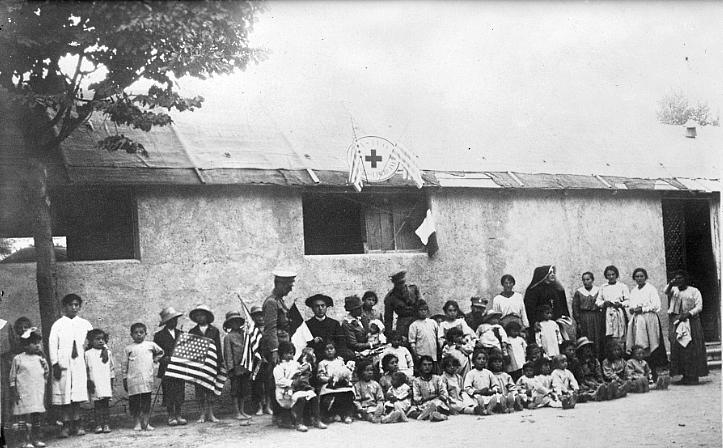 In una vecchia foto i bambini sopravvissuti al terremoto di Avezzano vicino all'asilo della Croce Rossa americana