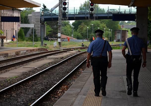 Linea Roma-Avezzano: ragazza tenta il suicidio sdraiandosi sui binari, necessario l'intervento delle forze dell'ordine e ritardi fino a 30 minuti