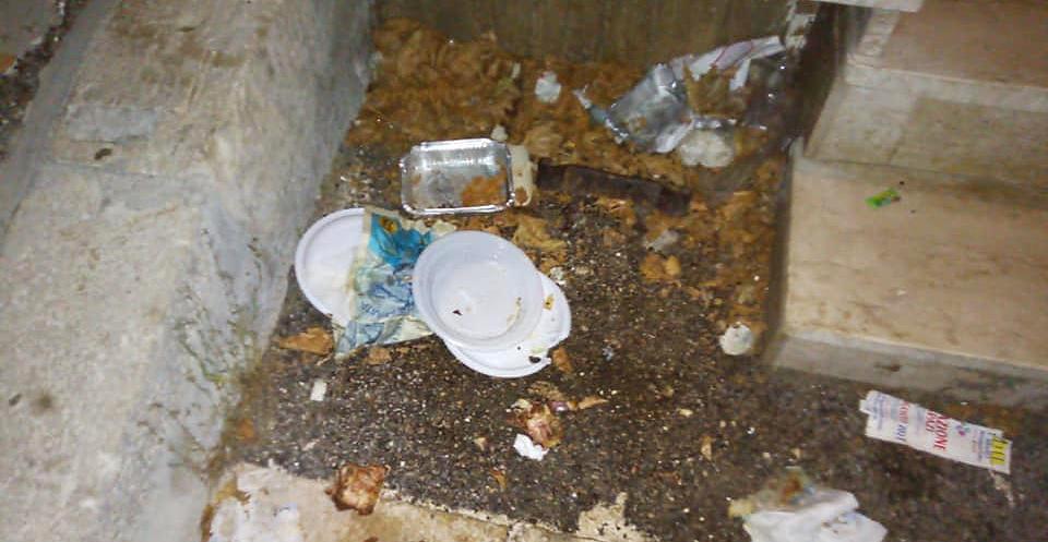 Sporcizia lasciata in giro a Tagliacozzo da chi alimenta cani e gatti randagi