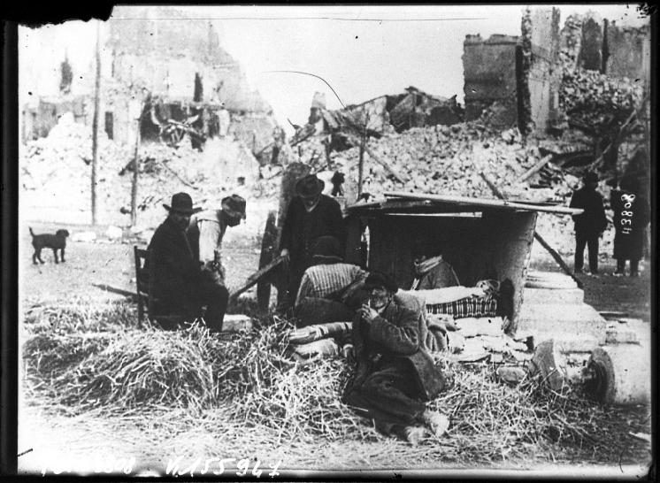 Terremotati di Avezzano in una vecchia foto francese del 1915