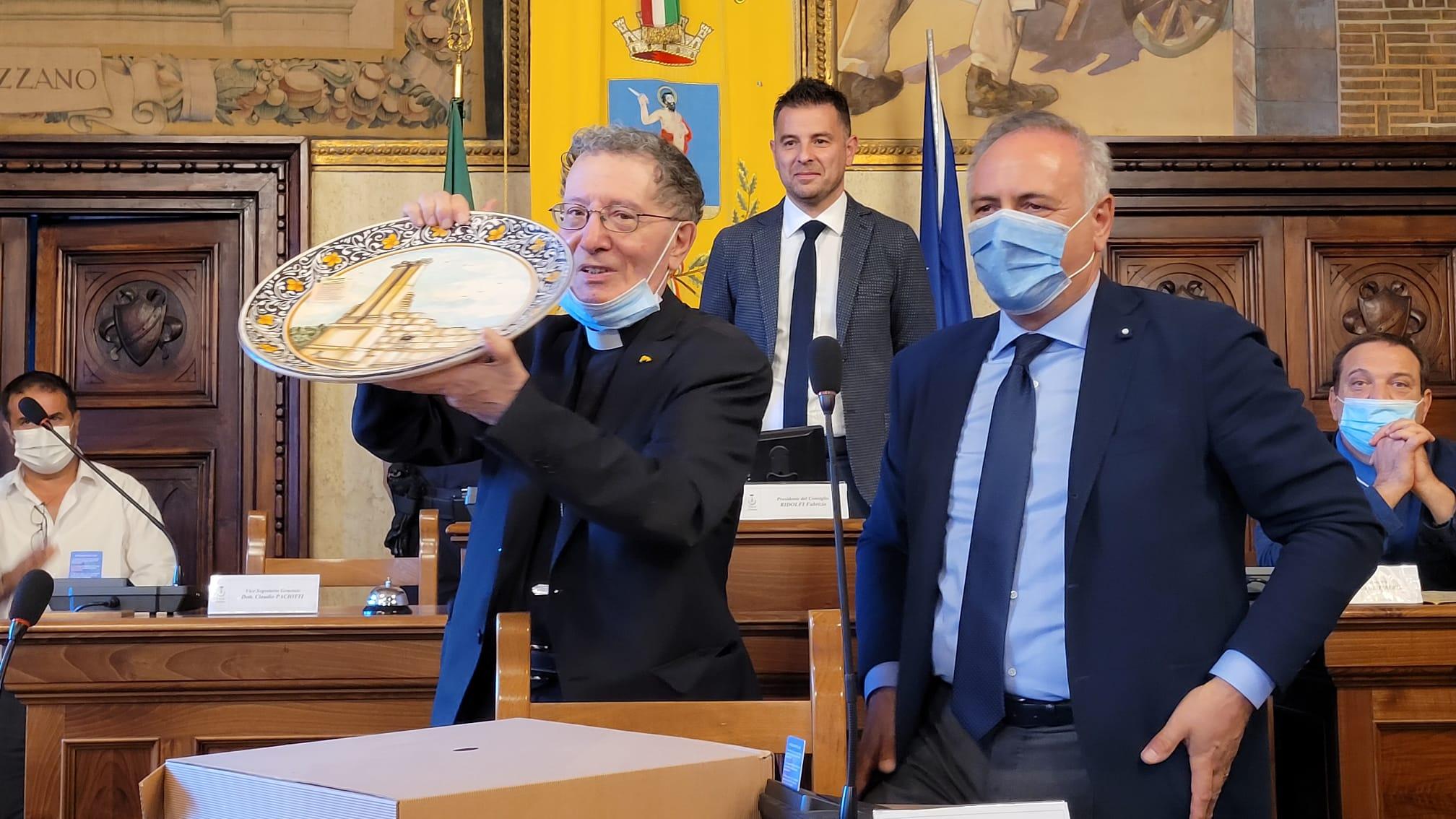 """Comune di Avezzano, ok all'ingresso di Collalto e al bilancio consolidato. A Santoro, il """"Vescovo strano"""", il caloroso """"grazie"""" dell'Amministrazione"""