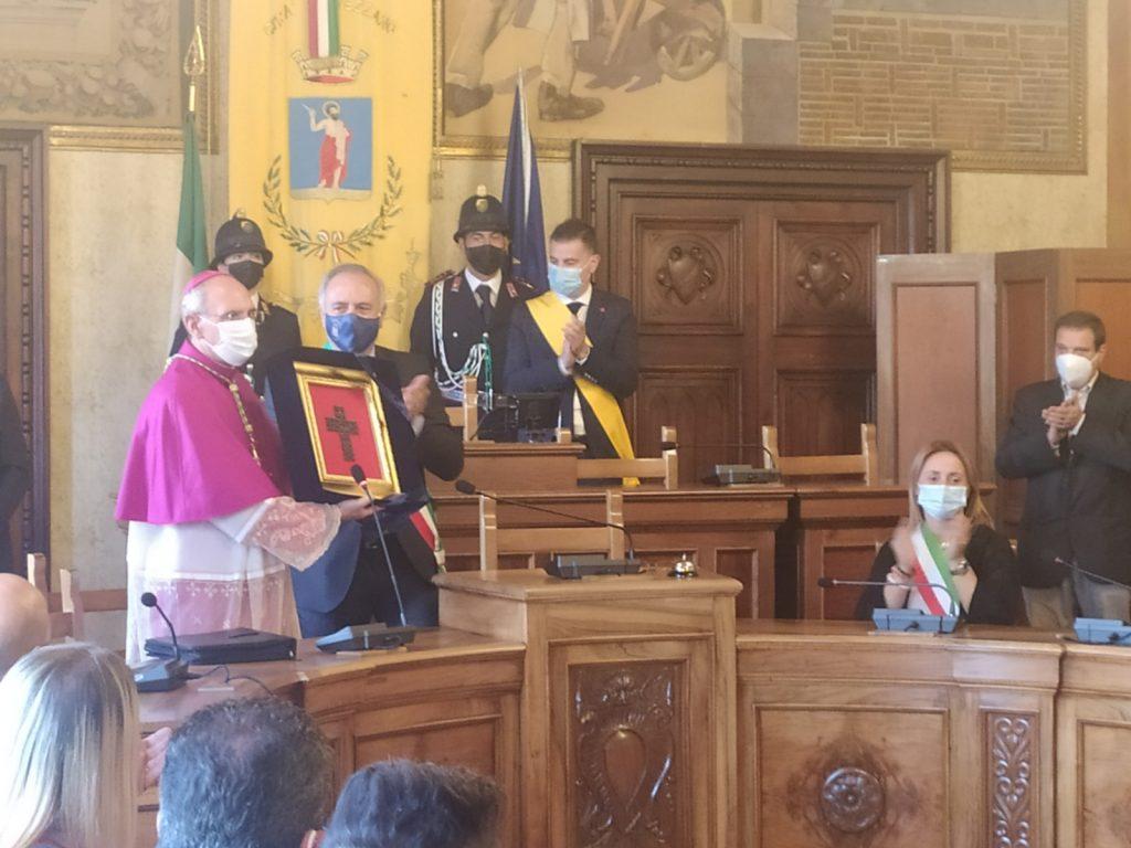 """Avezzano, a palazzo di città """"l'abbraccio"""" degli amministratori al Vescovo dei Marsi"""