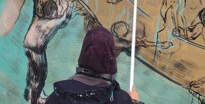 Nuovo murale ad Aielli, Bastardilla sta dipingendo la sua parete