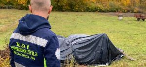 Cane intrappolato sotto un telone viene liberato dagli operatori del Novpc di Tagliacozzo