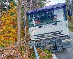 Finisce fuori strada con il camion, salvato dal guard rail