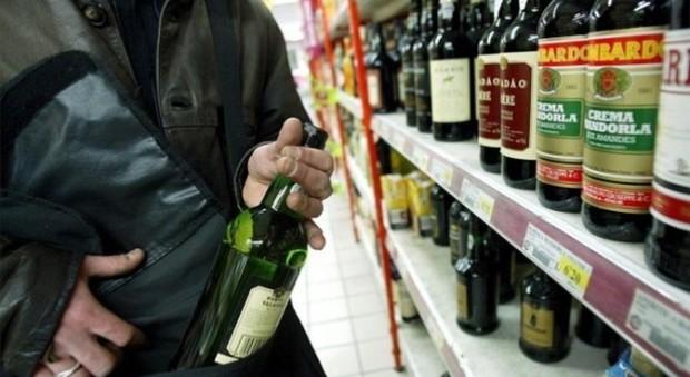 Catturati e denunciati dopo l'ennesimo furto in supermercato, uno di loro allontanato dal territorio nazionale