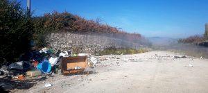 Piani Palentini: rifiuti sulla strada ostacolano il transito delle auto