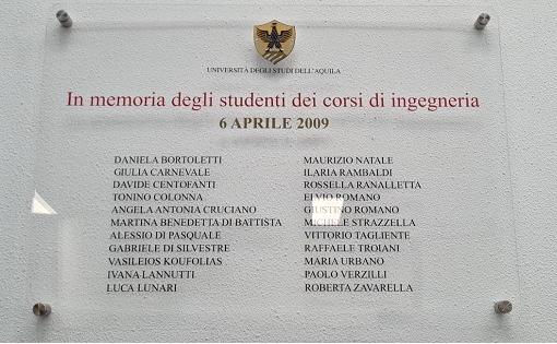 I nomi di tre studenti marsicani, vittime del sisma dell'Aquila, sulla targa della Biblioteca del polo universitario di Roio