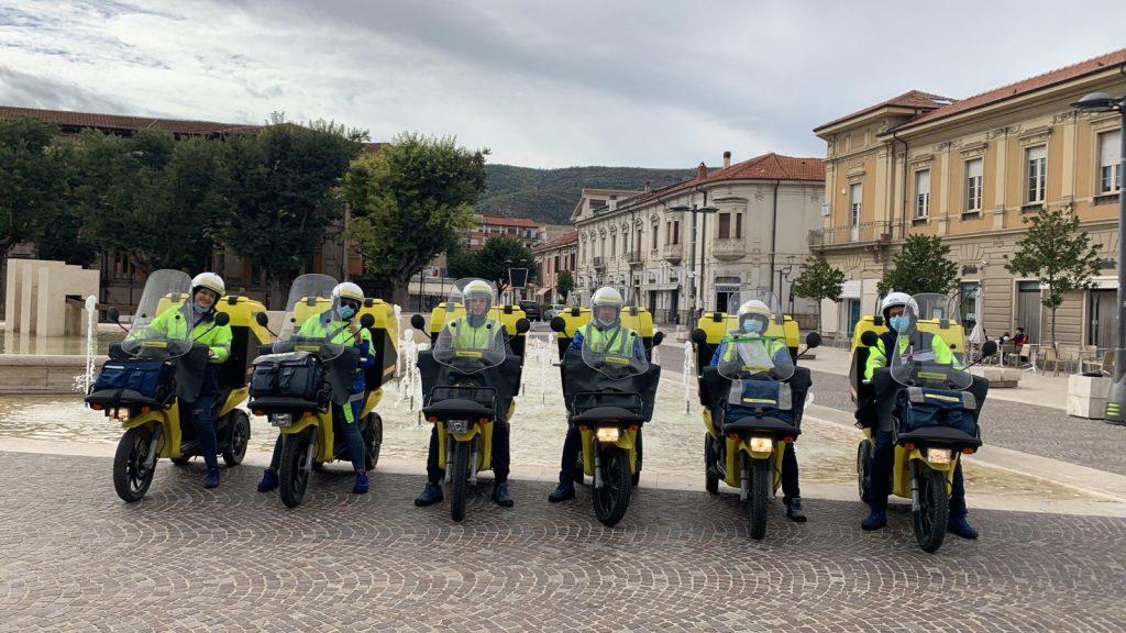 """Ad Avezzano Poste Italiane consegna 6 nuovi tricicli termici """"basse emissioni"""" per la consegna di corrispondenza e pacchi"""